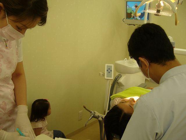 足立区綾瀬の歯医者 新井歯科医院 お子様づれの診療の様子
